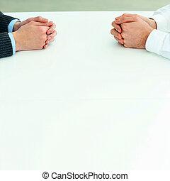 Dos hombres de negocios teniendo una discusión. Una imagen de cerca de sus manos sobre la mesa