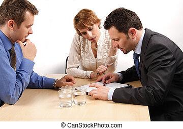 Dos hombres de negocios y una mujer sobre el contrato