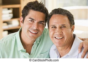 Dos hombres en la sala sonriendo