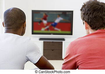 Dos hombres en la sala viendo la televisión