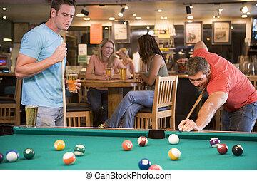 Dos hombres jugando al billar