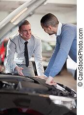 Dos hombres mirando un motor de coche