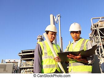 Dos ingenieros de refinería de petróleo