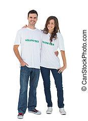 Dos jóvenes con una camiseta voluntaria