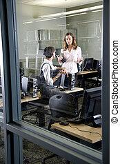 Dos jóvenes conversando en el laboratorio de computadoras