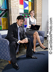 Dos jóvenes obreros en la sala de espera