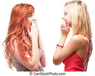 Dos jóvenes y felices novias rubias y Ginger hablando de fondo blanco, chismes de sociedad, rumores, rumores