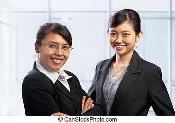 Dos mujeres asiáticas en el cargo