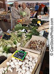 Dos mujeres de compras en el mercado de verduras