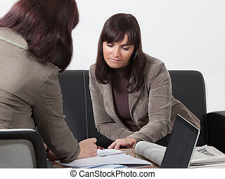 Dos mujeres de negocios en la reunión