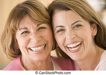 Dos mujeres en la sala sonriendo