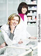 Dos mujeres farmacéuticas en la farmacia