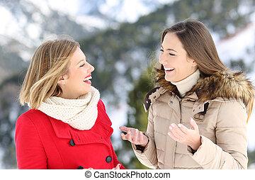 Dos mujeres hablando en vacaciones de invierno en la montaña
