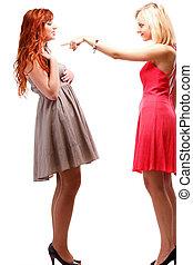 Dos mujeres lindas pelirrojas rubias con vestidos blancos