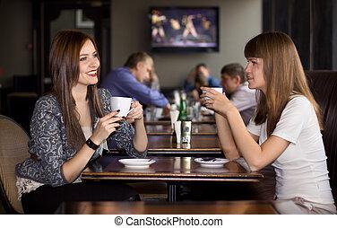 Dos mujeres que hablan en el café