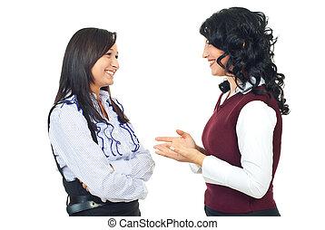 Dos mujeres teniendo una conversación feliz