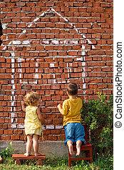 Dos niños dibujando una casa