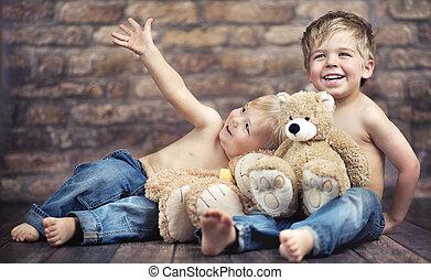 Dos niños disfrutando de su infancia