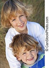 Dos niños, hermanos, juntos en una playa soleada