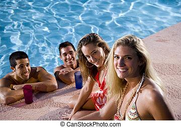 dos parejas, ahorcadura fuera, piscina, natación