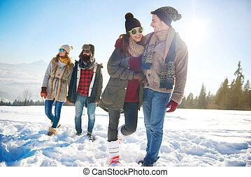 Dos parejas yendo a dar un paseo en invierno