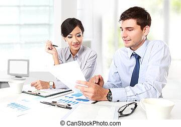 Dos personas de negocios en la reunión