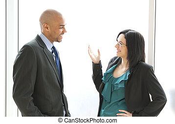 Dos personas de negocios hablando