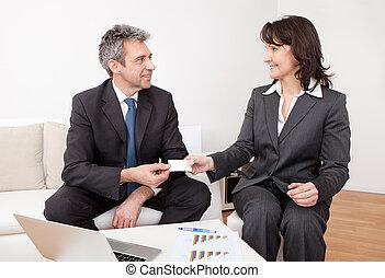 Dos personas de negocios intercambiando tarjetas de visita