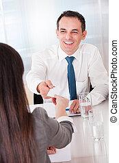 Dos personas de negocios intercambiando tarjetas