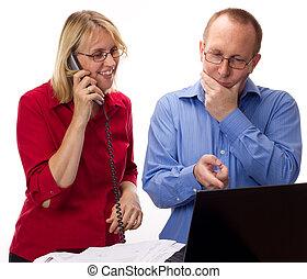 Dos personas de negocios trabajando