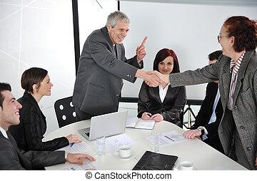 Dos personas mayores de negocios estrechando la mano en la reunión