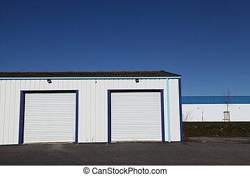 Dos puertas industriales de garaje