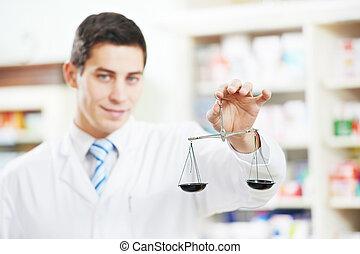 Dos químicos de farmacia en la farmacia