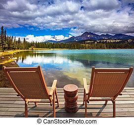 Dos sillas en el lago