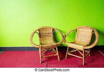 Dos sillas en la sala verde