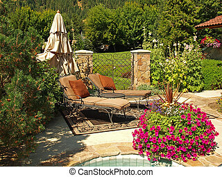 Dos sillas vacías en un jardín