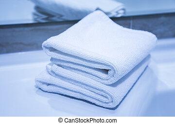 Dos toallas de algodón blancas dobladas