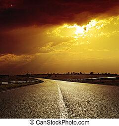 dramático, ocaso, camino de asfalto