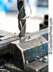 Drill va en una pieza metálica de una asamblea