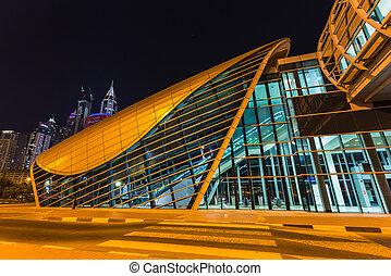 DUBAI, UAE - 11 DE NOVIEMBRE DE Dubai Metro como la red metropolitana más larga del mundo completamente automatizada (75 km) el 11 de noviembre de 2013, Dubai, UAE.