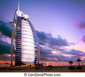 DUBAI, UAE - Novembre 27: burj al arab Hotel en el 27 de NOVEMBRE, 2011 en Dubai. Burj Al Árabe es un hotel de lujo 5 estrellas construido en una isla artificial frente a la playa Jumeirah. Vista al atardecer