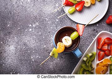 Dulce fondue de chocolate con frutas