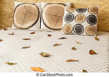 Durmiendo en cama doble al estilo otoño