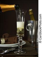 Echar champaña en una flauta