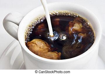 Echar crema en una taza de café