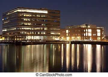 Edificio de oficinas en el puerto