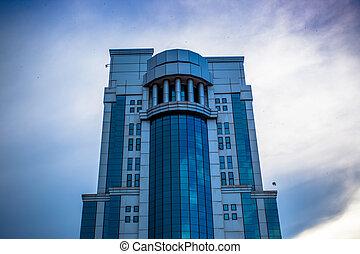 Edificio de oficinas modernas en Malasia en el cielo