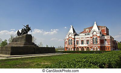 Edificio del teatro Drama, construido al estilo ruso y monumento a la caballería. Un paisaje urbano. Rusia, Samara.