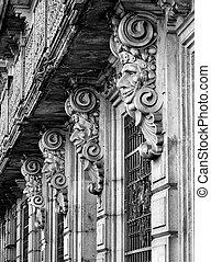 Edificio histórico con máscaras