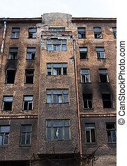 Edificio quemado roto